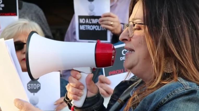 Prop d'una quarantena de persones es manifesta contra el nou tribut metropolità i la proposta de pujar l'IBI