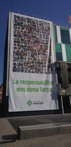 Una nova pancarta oneja a la façana de l'Ajuntament per encoratjar a la ciutadania