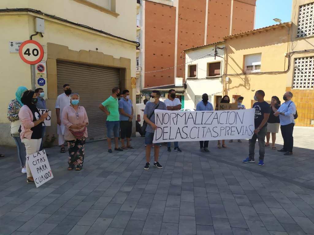 Manifestació davant la Policia Nacional per la saturació de les cites prèvies