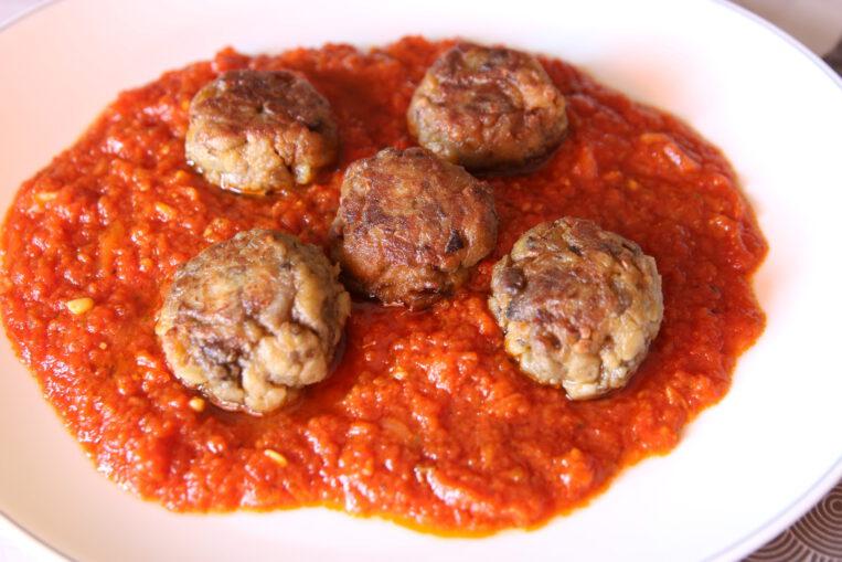 Mandonguilles d'albergínia amb salsa de tomàquet