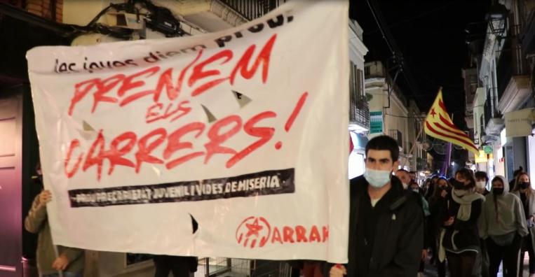 """Un centenar de persones reivindica que """"aquesta crisi la paguin els rics"""""""