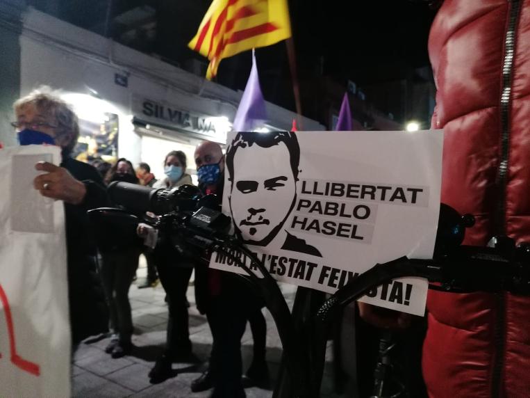 Més de mig miler de persones es manifesten a Sant Cugat contra la detenció de Pablo Hasél