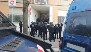 Els Mossos desallotgen una quarantena de joves en un intent d'ocupació