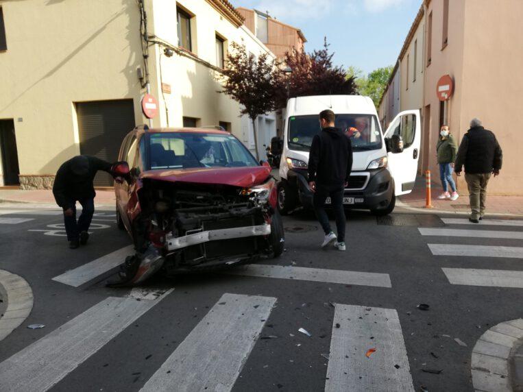 Xoc frontal entre dos vehicles després de saltar-se un stop