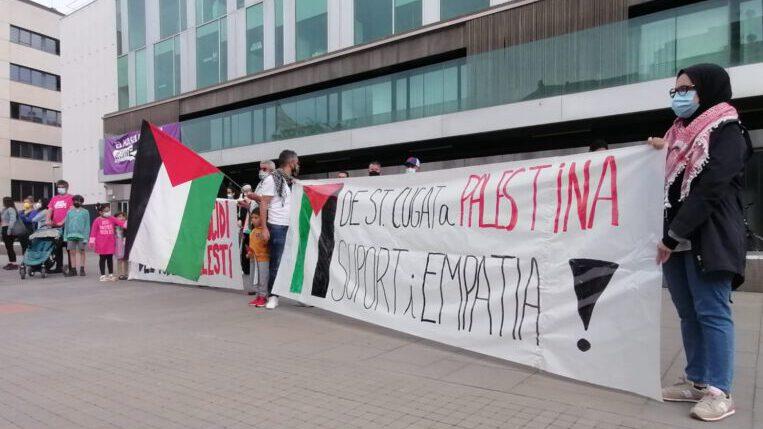 200 persones es concentren davant de l'ajuntament per solidaritzar-se amb el poble de Palestina