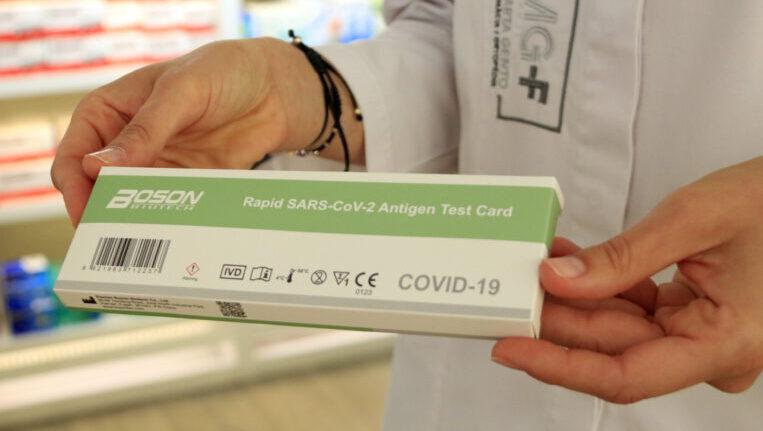 Ja es poden comprar els tests d'antígens sense recepta a les farmàcies