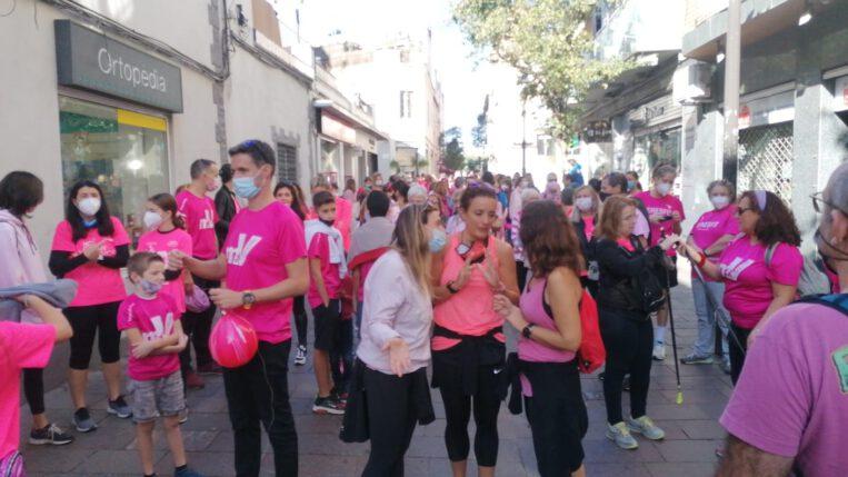 Unes 300 persones caminen pel Càncer de Mama a la marxa de l'AECC