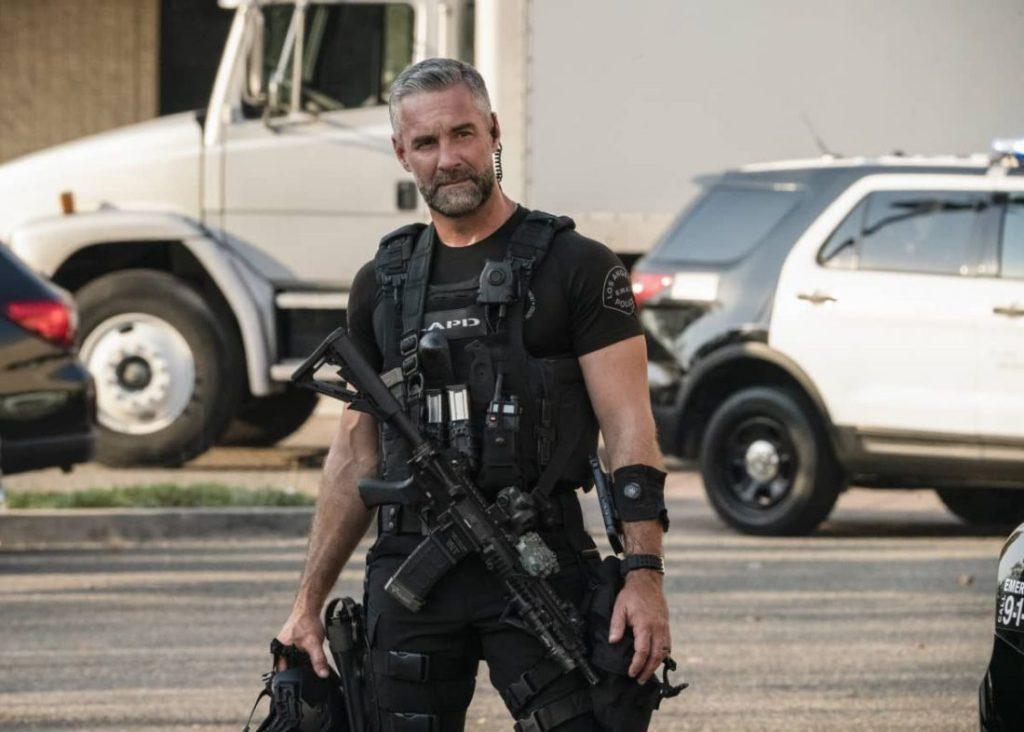 """Swat Saison 4 Épisode 13 """"class ="""" wp-image-104505 """"data-recalc-dims ="""" 1 """"/>      <h3> Récapitulatif! </h3> <p> Le dernier épisode publié de la saison 4 de Swat en cours était «U-Turn». L'épisode commence avec un jogger entendant le coup de feu. L'équipe SWAT a été informée et ils ont commencé à enquêter sur la question. On a vite découvert que la fille aînée de Vasquez était celle à tirer. Il avait deux filles. Et ils essayaient juste de se protéger de Vasquez. SWAT leur a confirmé qu'ils assureraient la sécurité. Et l'équipe poursuit son enquête sur le père. Vasquez, au lieu de prendre le blâme, dit que sa fille a perdu la raison. </p> <p> De plus, l'affaire fait demi-tour et il a été constaté que Vasquez est responsable de tout. C'est lui qui a également tué un journaliste Robert. Le seul reproche du journaliste était d'écrire un article sur les immigrants guatémaltèques, et Vasquez lui-même était le même. Plus tard, Garrett et Carlos s'engagent dans la lutte pour la vengeance. Et l'équipe SWAT intervient pour tout résoudre. </p> <p><img width="""