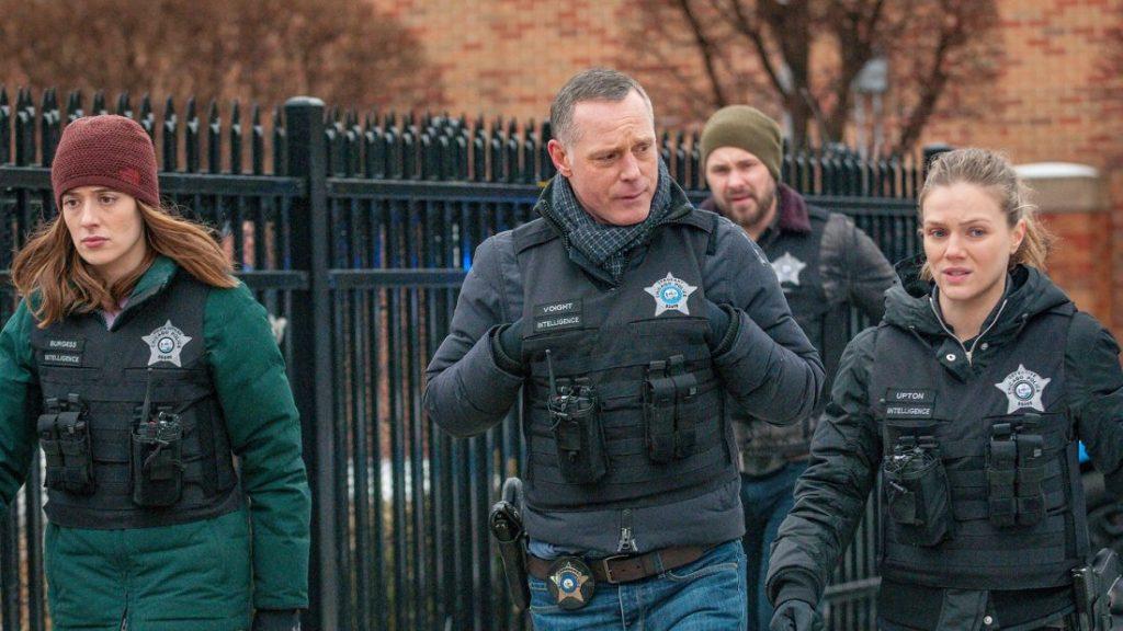 """Chicago PD Saison 8 Épisode 13 """"class ="""" wp-image-113479 """"data-recalc-dims ="""" 1 """"/>      <h2> Récapitulatif! </h2> <p> Le dernier épisode sorti de la saison était «Due Process». Dans cet épisode, l'équipe d'enquête se penche sur le violeur en série qui a assassiné un certain nombre de personnes. Cependant, les preuves qui ont été laissées pour compte sont très limitées. Pendant ce temps, Miller demande à Voight d'inclure un détective suspendu dans l'enquête, qui dirigeait auparavant l'affaire. Voight pense qu'elle pourrait être trop impliquée dans l'affaire. </p> <p> Voight et Martinez attrapent un suspect. Martinez décide de tirer sur le suspect. Voight essaie de l'arrêter, mais les choses deviennent incontrôlables et la balle se déclenche. Cependant, Voight couvre Martinez. Cependant, le suspect parle de tout ce qui est arrivé à Miller. </p> <p><img width="""