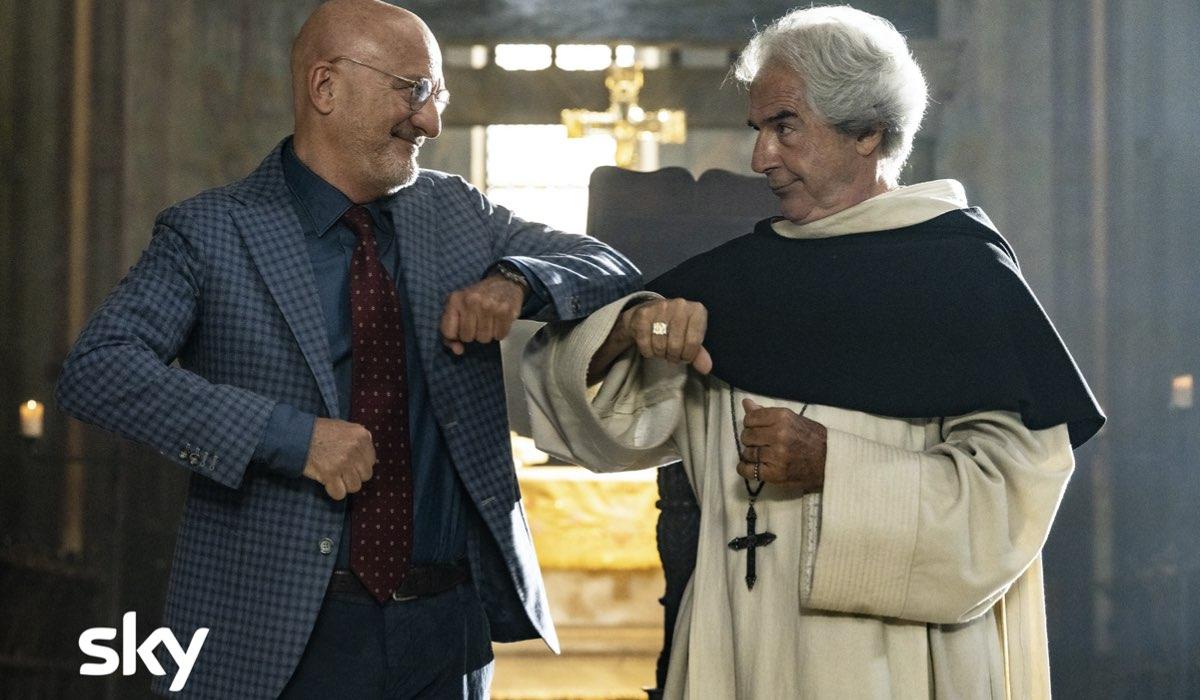 """Da sinistra: il Commisario Cinardi (Claudio Bisio) e Don Filippo (Tullio Solenghi) in una scena di """"Cops 2"""". Credits: Gianni Fiorito/Sky."""