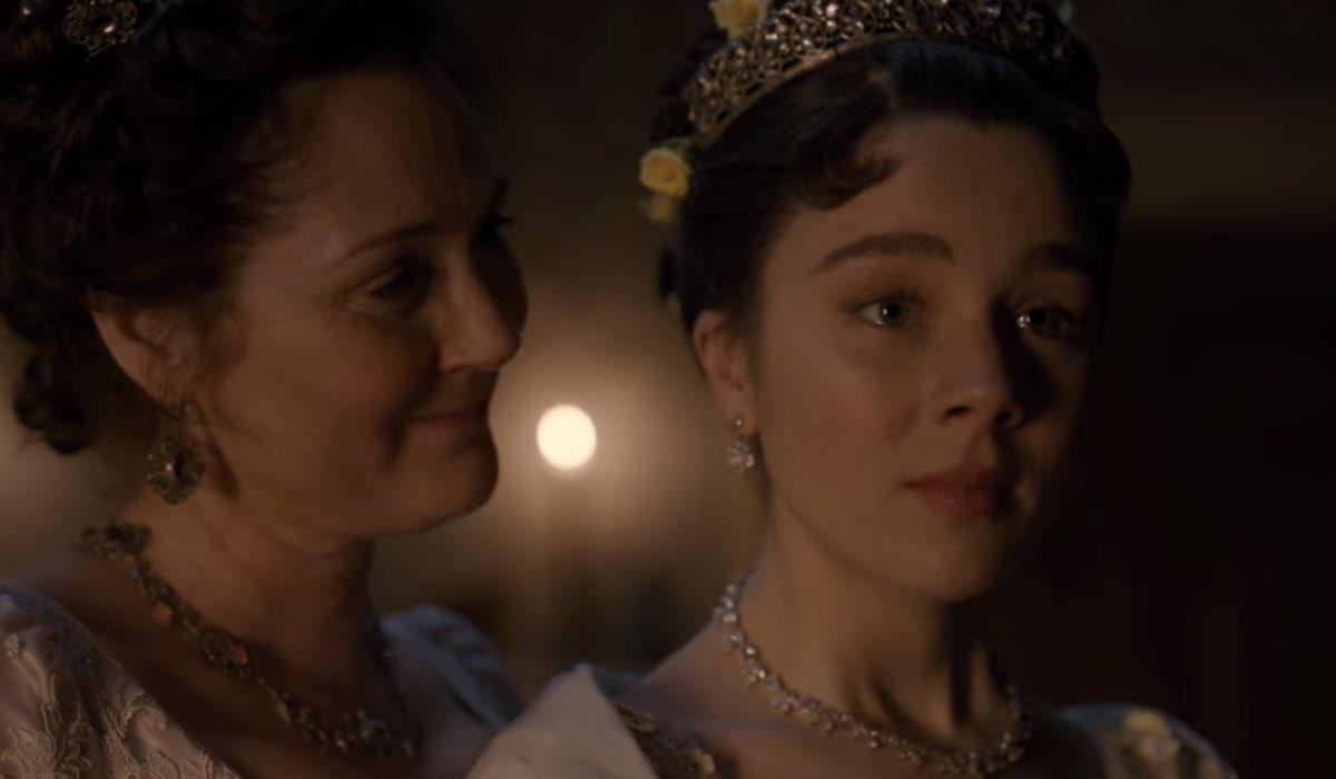 Lady Violet (Ruth Gemmell) e Eloise (Claudia Jessie), che vuole posticipare il suo ingresso in società. Credits: Netflix.
