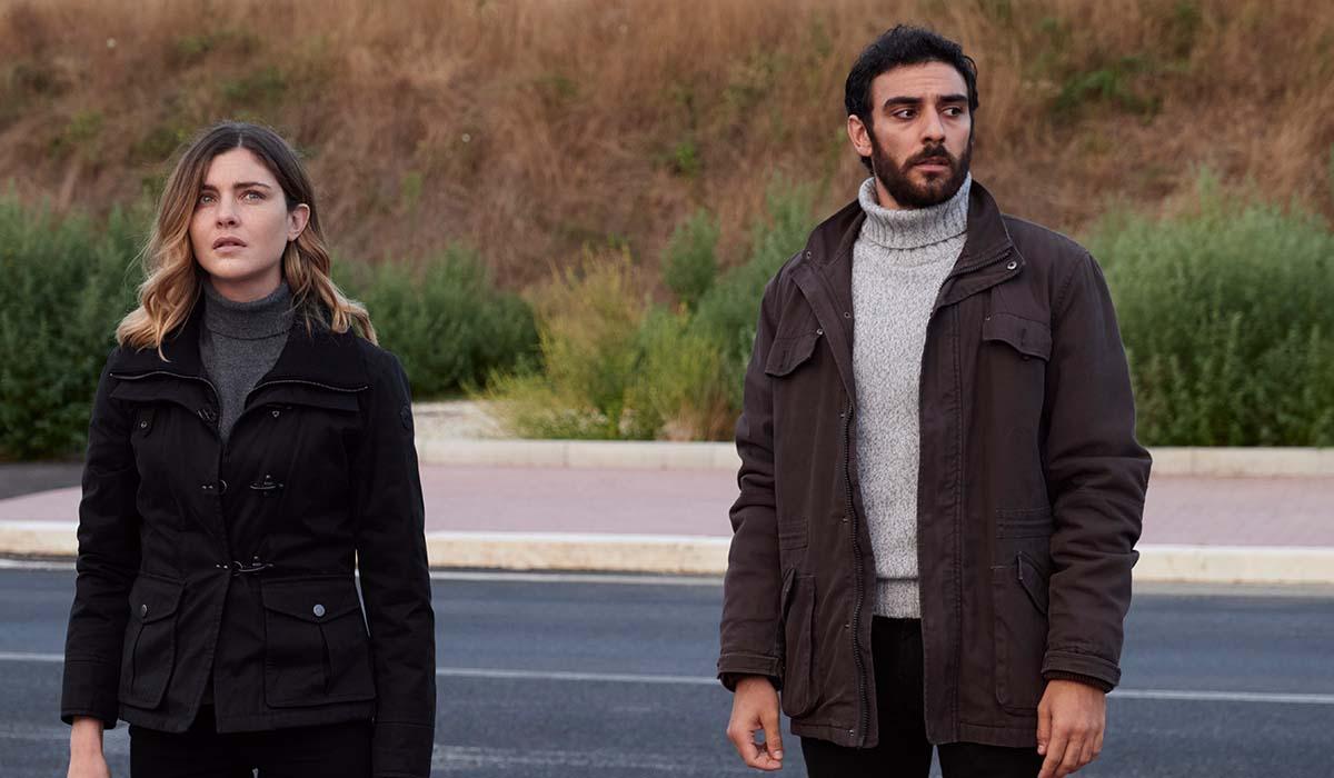 Vittoria Puccini ed Eugenio Mastrandrea in una scena della fiction La Fuggitiva. Credits: Rai.