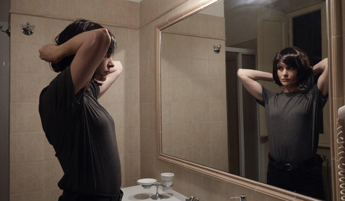 La Fuggitiva, qui Vittoria Puccini in una scena allo specchio Credits Rai
