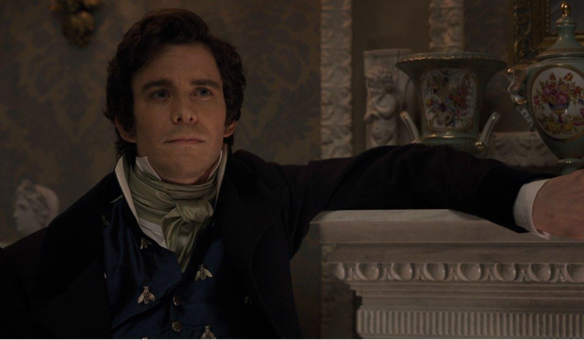 Luke Thompson nei panni di Benedict Bridgerton in una scena della serie. Credits: Netflix.