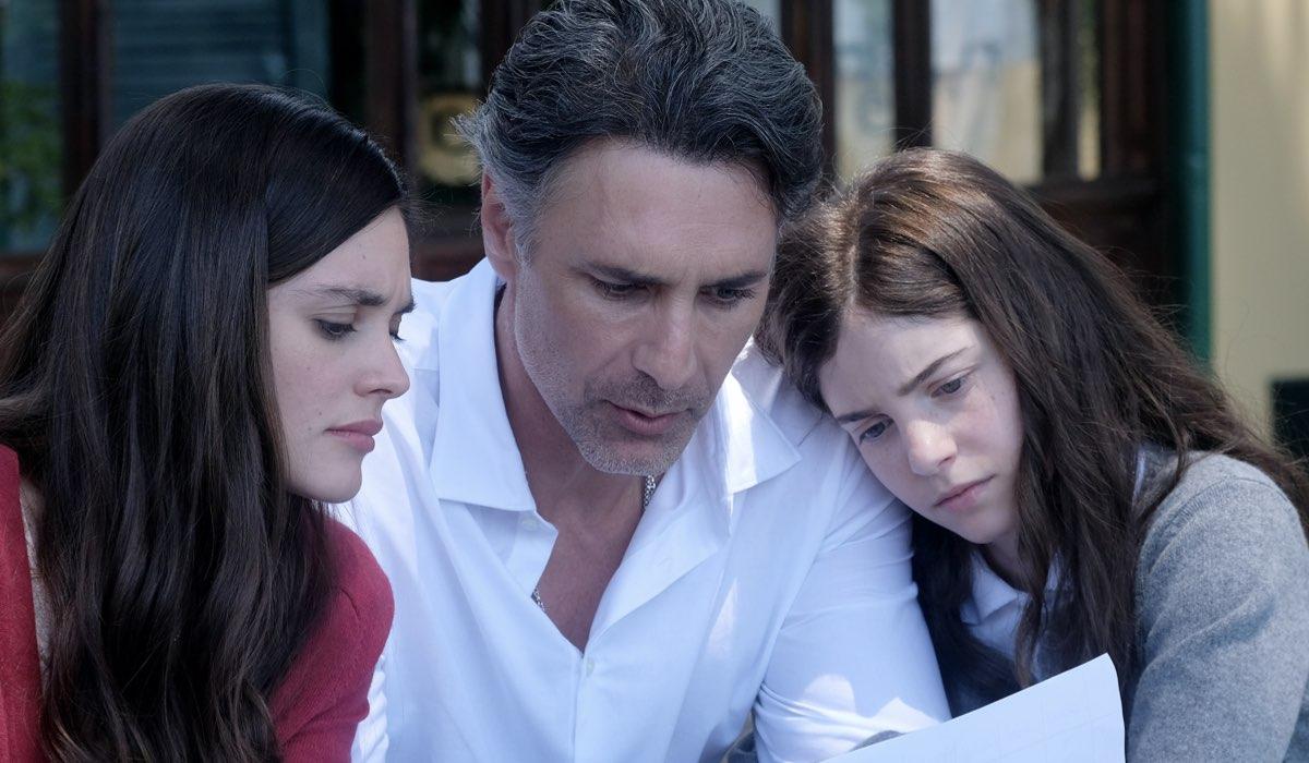 Elena Funari, Raoul Bova e Ginevra Francesconi in una scena di Buongiorno, Mamma. Credits: Ufficio Stampa Mediaset.