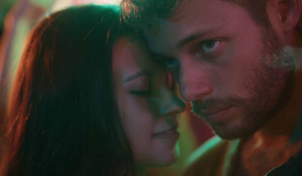 Da sinistra: Lola (Amparo Piñero Guirao) e Ale (Ludovico Tersigni) in Summertime 2. Credits: Netflix.