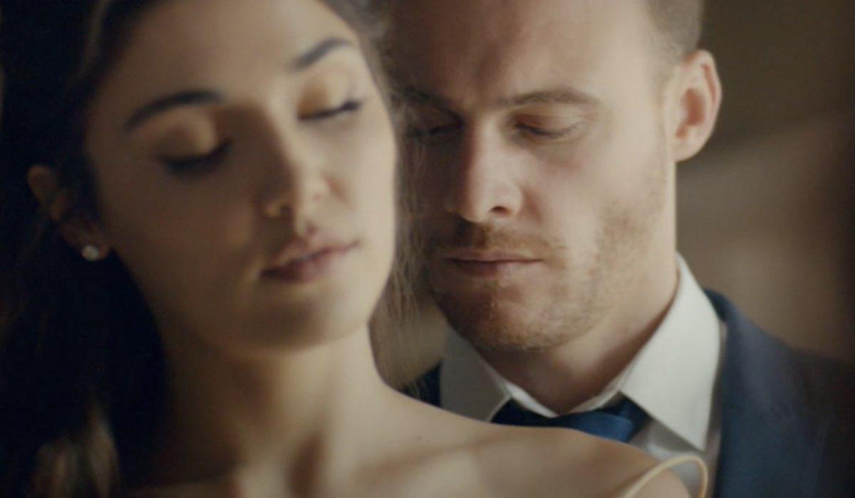Love Is In The Air, episodio 7: Eda Yıldız interpretata da Hande Erçel e Serkan Bolat interpretato da Kerem Bürsin. Credits: Mediaset