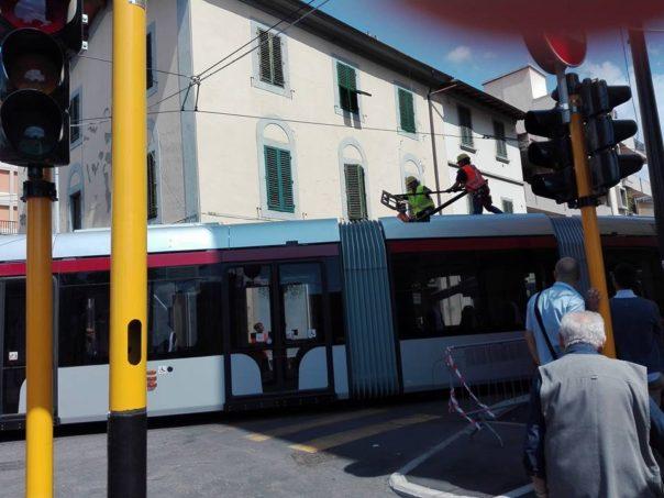 Auto blocca le prove del tram, multato il conducente
