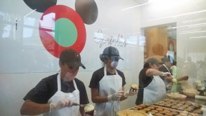 Sprinkles_Cupcakes_Decorating_Cupcakes
