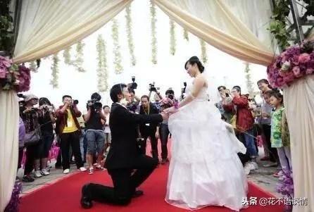 前夫再婚,女子送五千紅包,手機螢幕一亮,她淚如雨下
