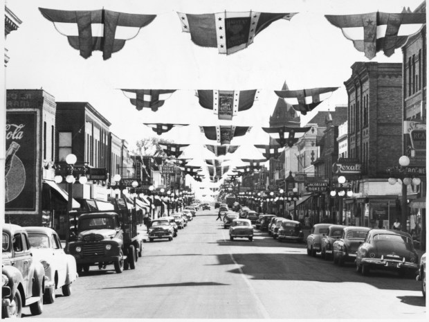 Cars line Payne Avenue in 1952, which is dressed up for its annual Harvest Festival. This photo is looking south from Jenks Avenue. (Minnesota Historical Society)
