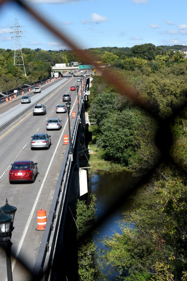 Traffic on Highway 5 over the Mississippi River in St. Paul on Thursday, Sept. 29, 2016. This is one of the potential routes of the Riverview Corridor. (Pioneer Press: Jean Pieri)