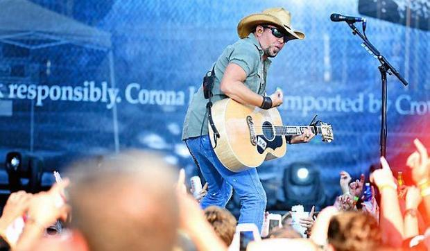 Bro country singer Jason Aldean gets up close to fans as he entertains them. (Pioneer Press: Sherri LaRose-Chiglo)