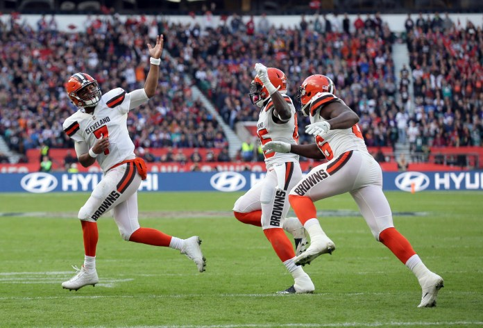 Cleveland Browns quarterback DeShone Kizer (7) celebrates with teammates after scoring on a 1-yard touchdown run during the first half of an NFL football game against the Minnesota Vikings at Twickenham Stadium in London, Sunday Oct. 29, 2017. (AP Photo/Tim Ireland)