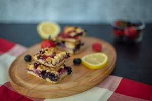 Quarantine Desserts: Berry Crumble Bars