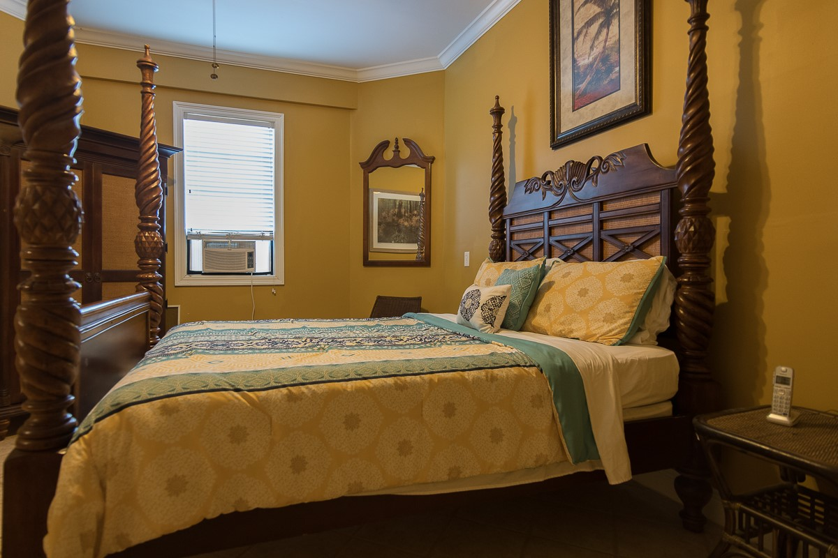 Gold Room- King Bed- Ground Floor- Window Air Conditioner Unit-TV