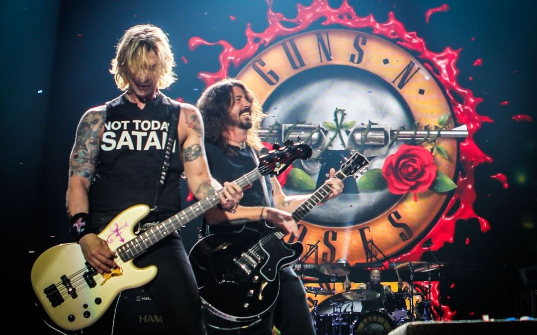 """Dave Grohl Joined Guns N' Roses On Stage Last Night For """"Paradise City"""" And Absolutely Rocked The House"""