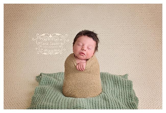 tanis-saucier-photography-Montreal-newborn-photos-potato-sack