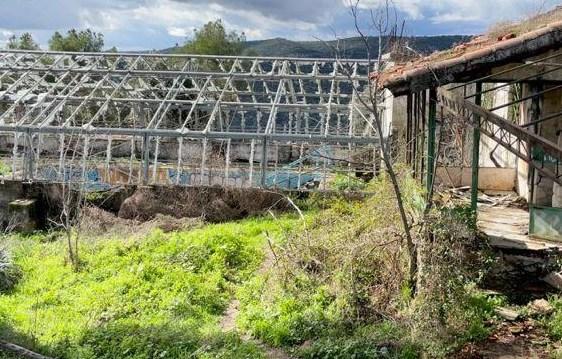 Piscina cubierta abandonada