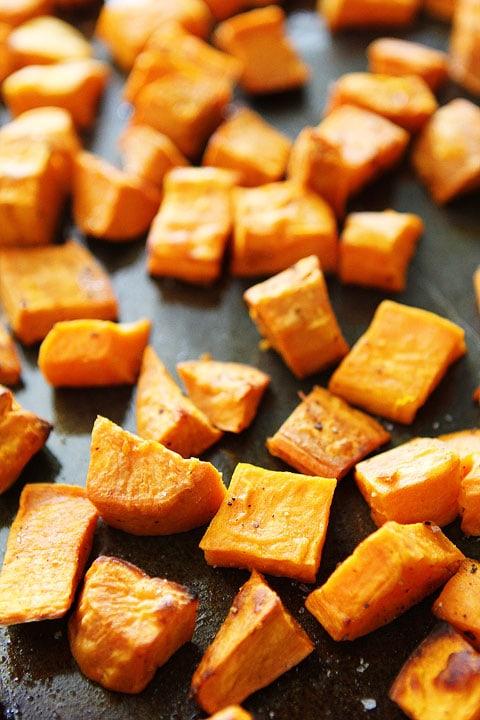 Rôti de patates douces de grenade Recette Salade sur twopeasandtheripod.com. Aimez cette salade rapide et facile!