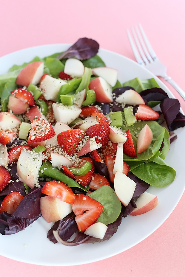 This Fruity Strawberry Peach Superfood Salad is fresh and packed FULL of vitamins and minerals! Light and oil free with optional lemon maple dressing. Vegan RAW and GF / TwoRaspberries.com