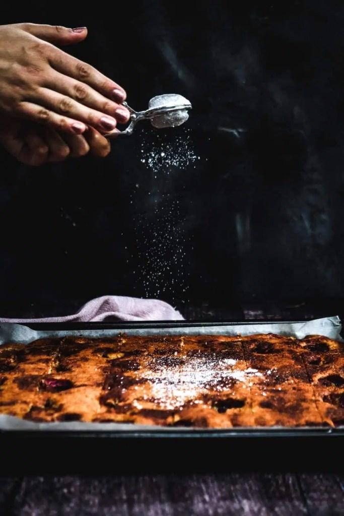 cake powdered with sugar.