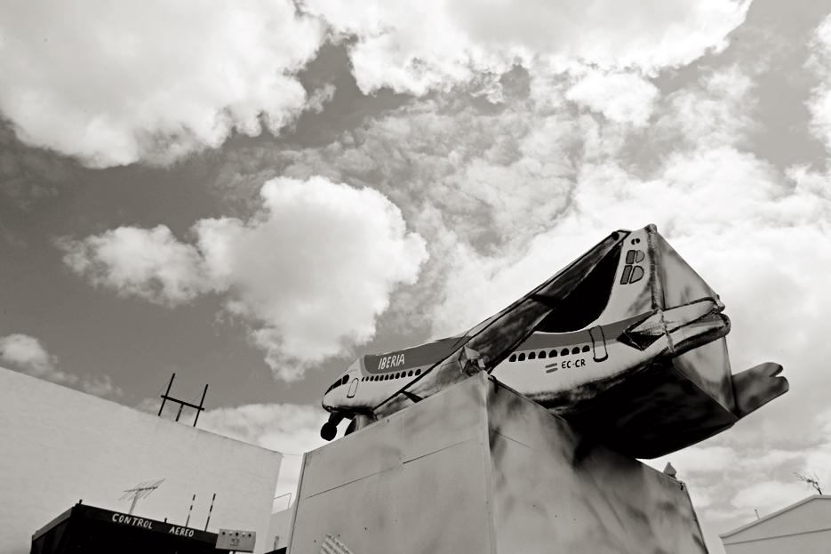 Detalle de una vieja carroza abandonada en un solar. Arrieta.
