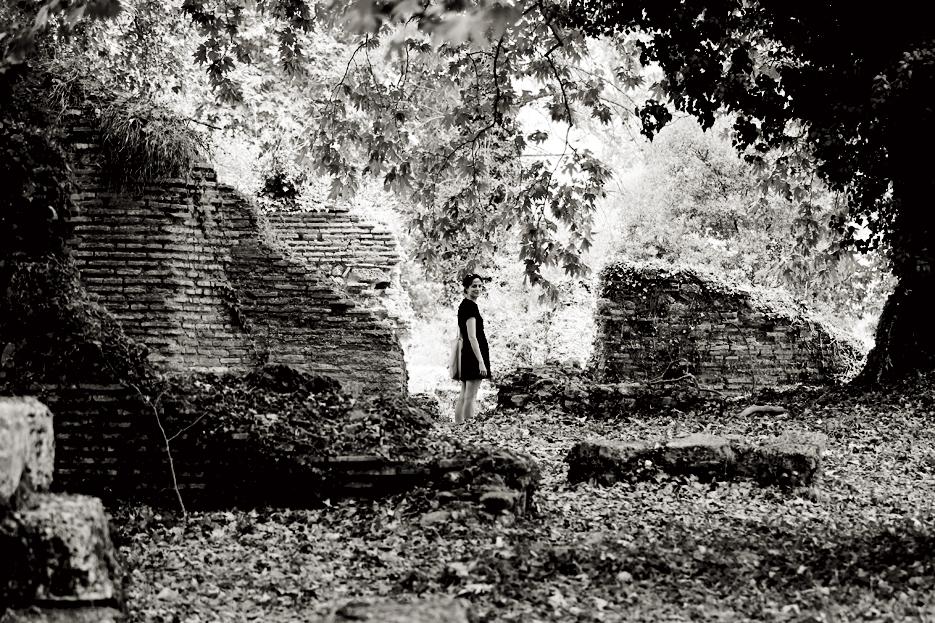 Delia entre las hermosas ruinas de Olimpia