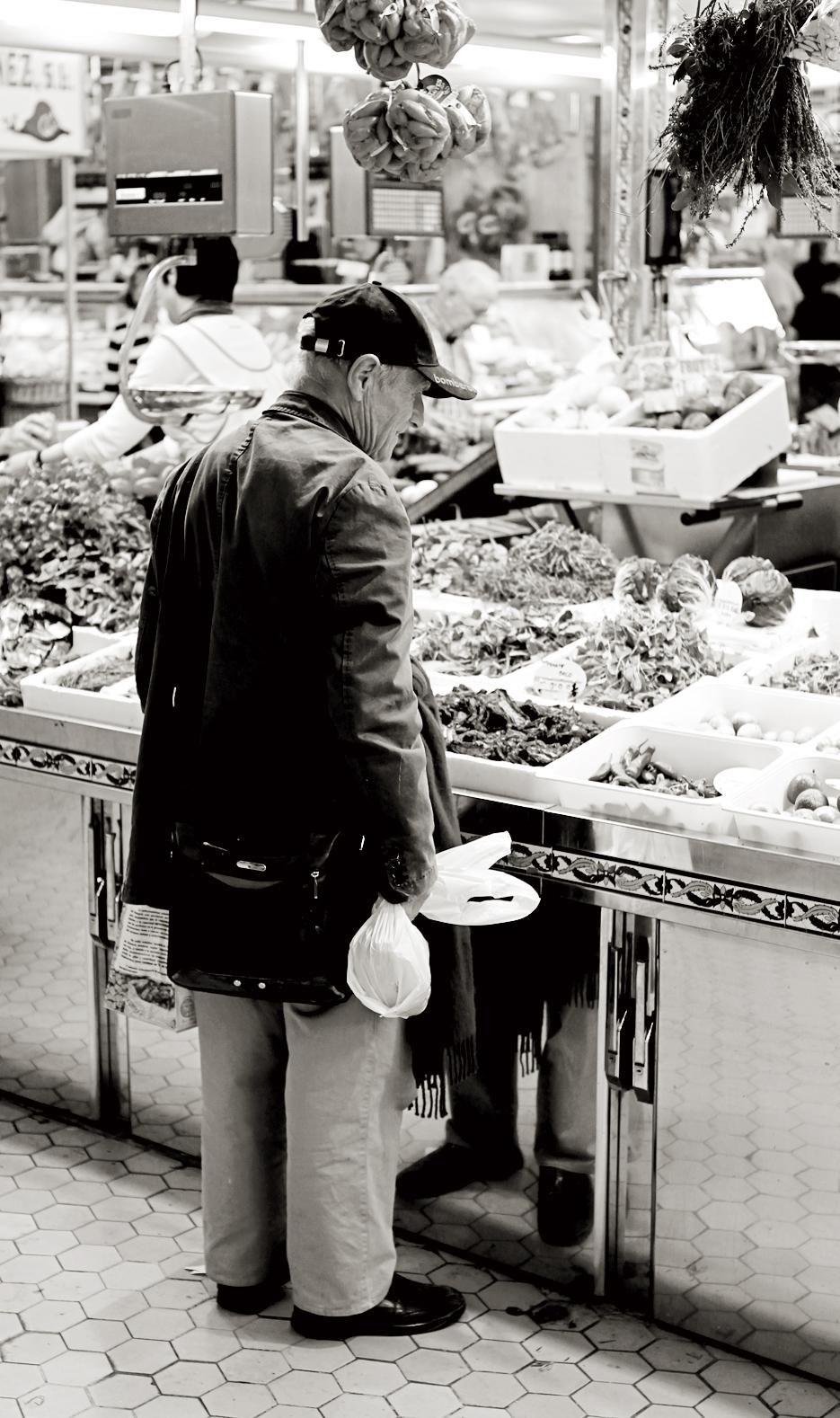 Antonio, comprando tomates secos en el mercado