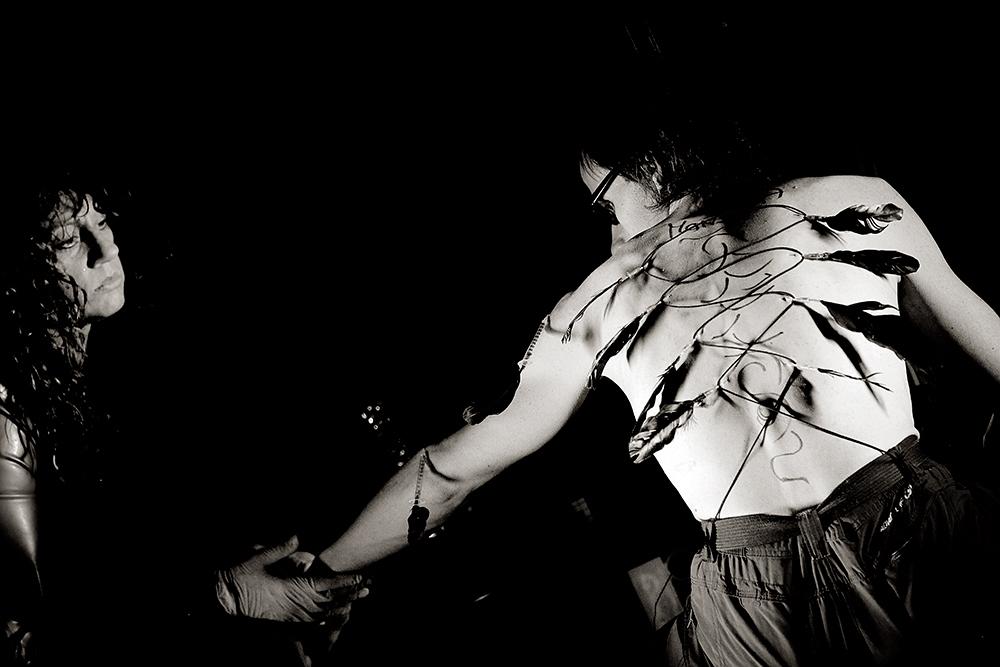 Otro trabajo de Ama Monika, con agujas, jeringuillas, plumas....
