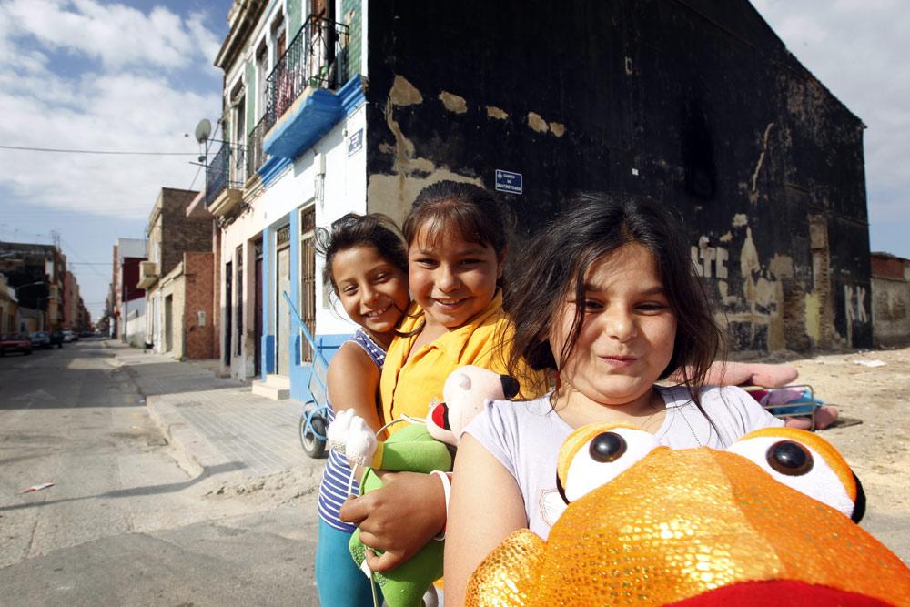 Adela, Ana y Coral juegan en una calle de Nazaret, en un solar vacío sobre el que se van acumulando los trastos.