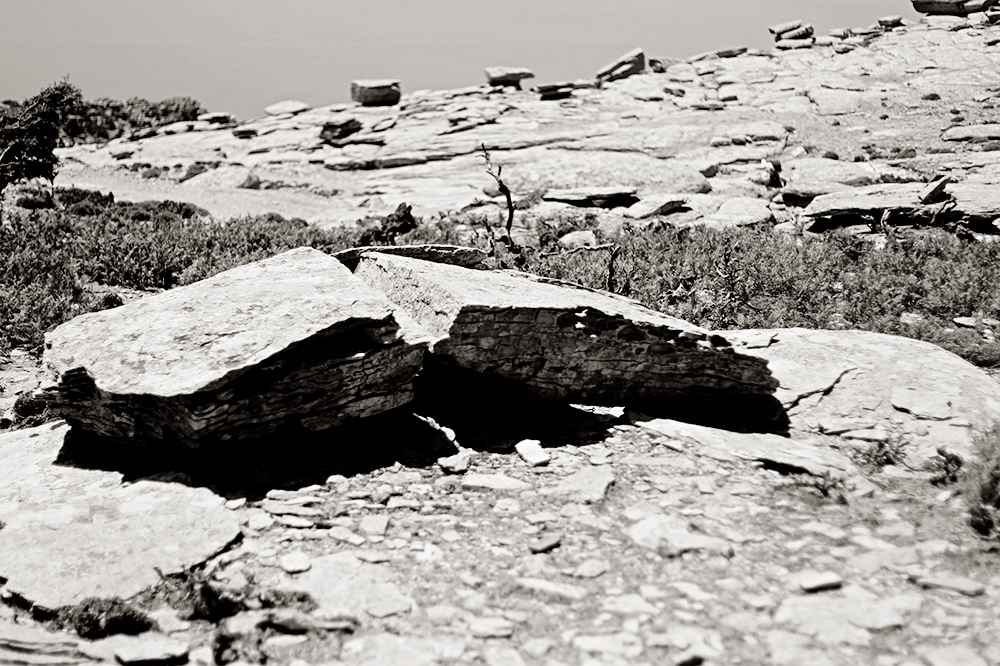 Si observas una roca cae un rayo y la abre