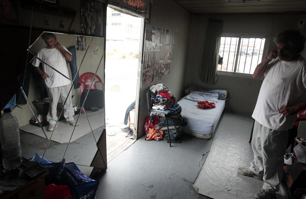 Un espejo grande, una cama y una silla componen todo el mobiliario. Agosto de 2013