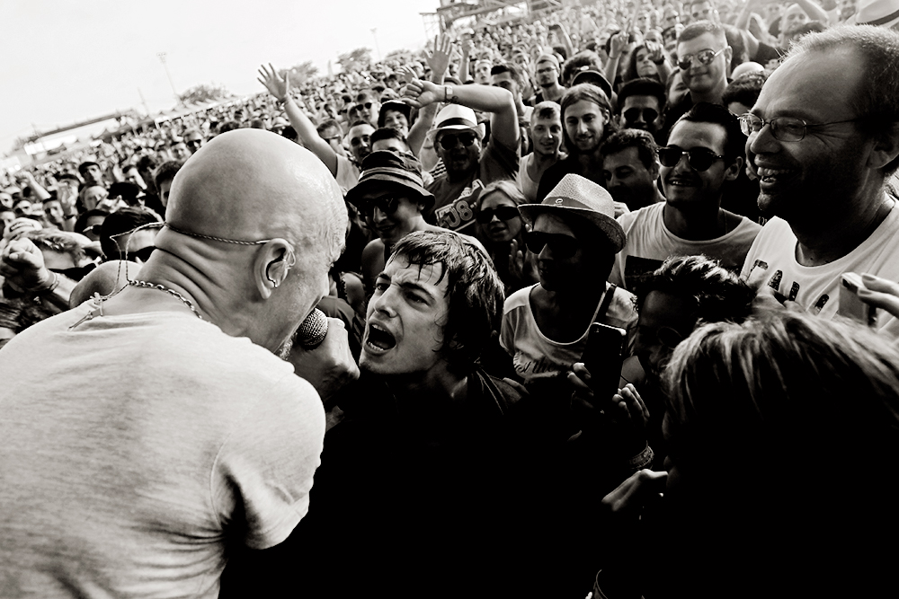 Tim Booth, de James, canta con un espectador