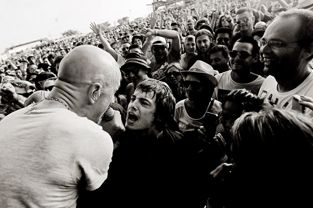 Tim Booth, de James, canta con un espectador