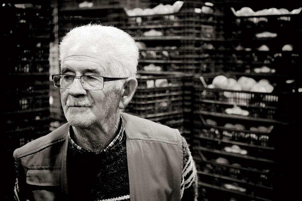Claudio Hernández, uno de los veteranos, vende clementinas y naranjas
