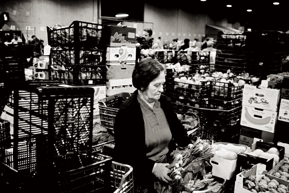 Una mujer prepara el género para la venta