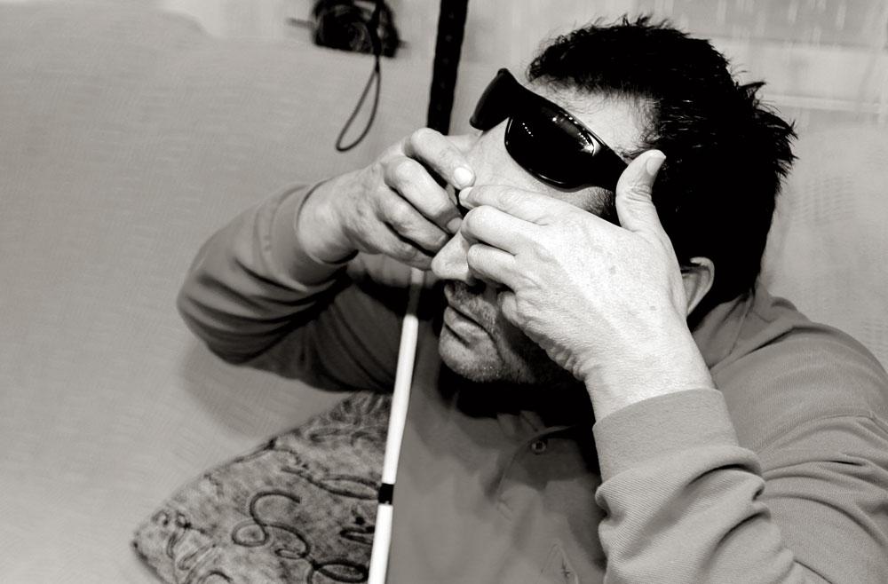 José Antonio explica cómo un joven al que llevó en su taxi las pasadas Fallas le arrancó los ojos con las manos. Perdió el izquierdo y con el derecho tiene una visión del 10%. Desde aquel día su vida y la de su familia quedaron destrozadas mientras el agresor, de familia adinerada, fue detenido y puesto en libertad.