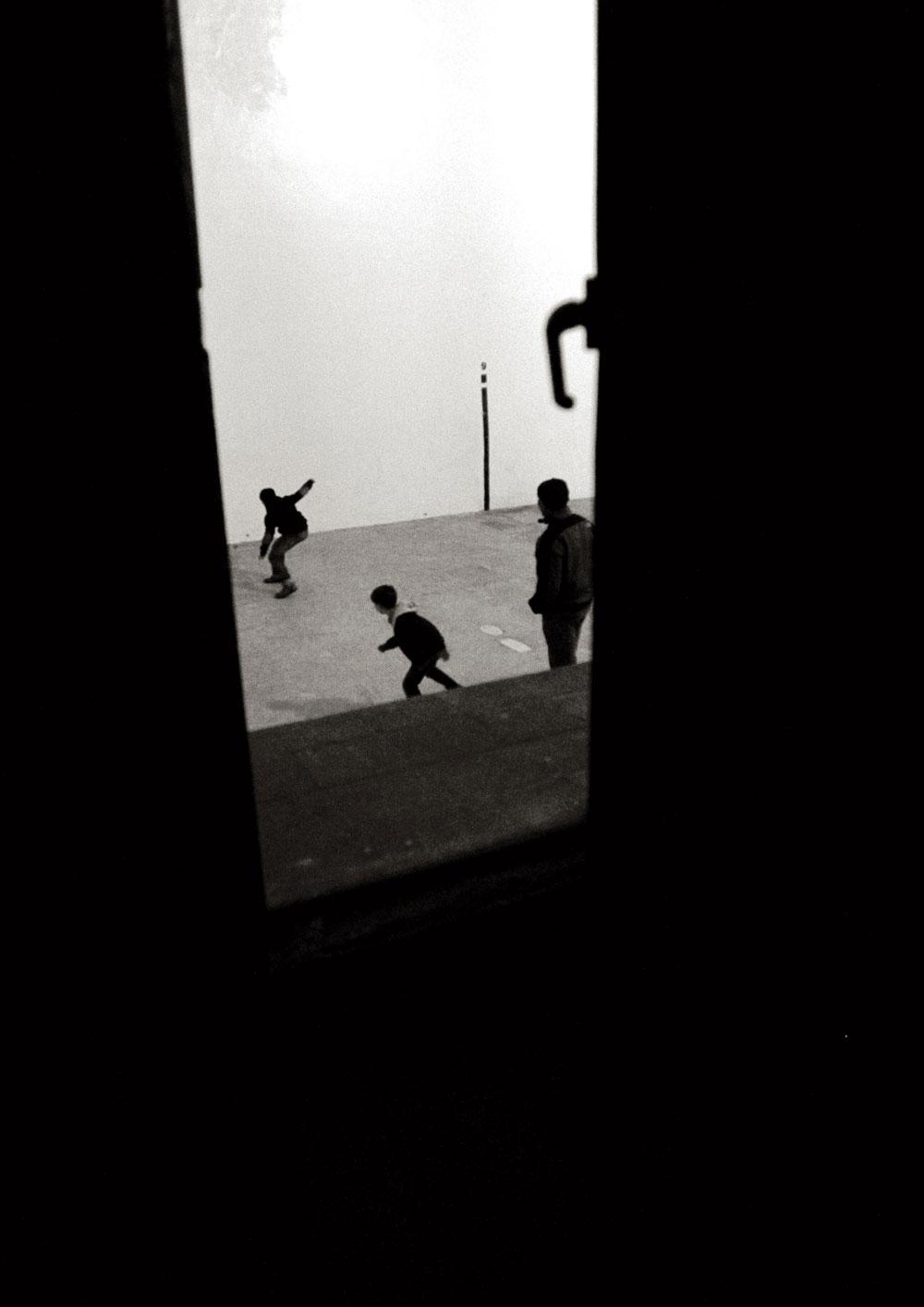 Niños jugando a pelota en el trinquete de Pelayo. Diciembre de 2012.