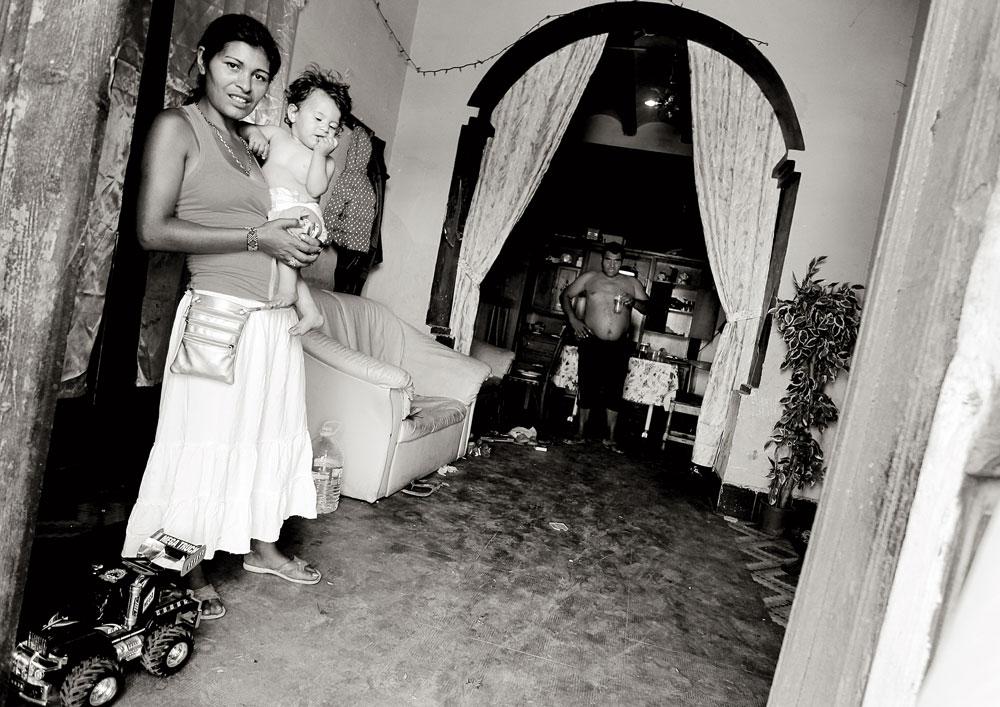 Mariana, a la puerta de la casa que ocupa junto a su familia. Junio de 2013.
